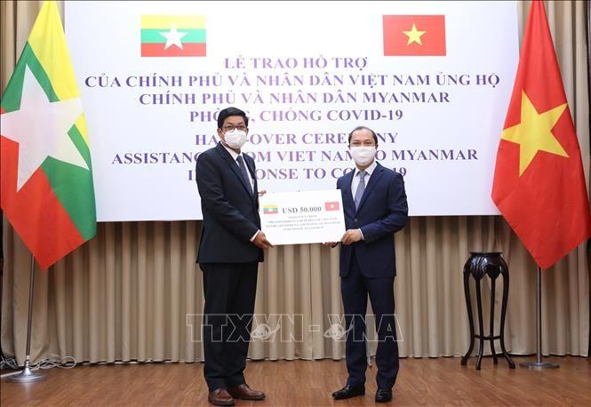 Menyampaikan secara simbolik hadiah Vietnam kepada Myanmar untuk melawan Covid-19 - ảnh 1