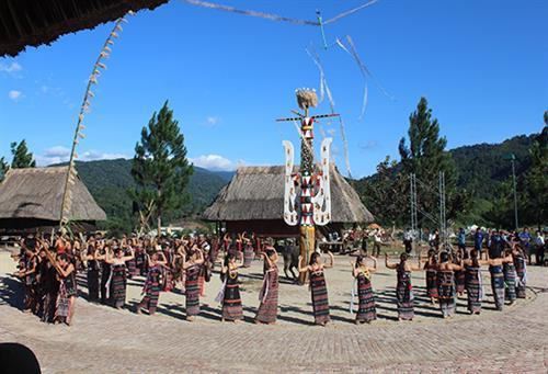 Acara menggalang persaudaraan dari warga etnis minoritas Co tu di Kabupaten Tay Giang, Provinsi Quang Nam - ảnh 1