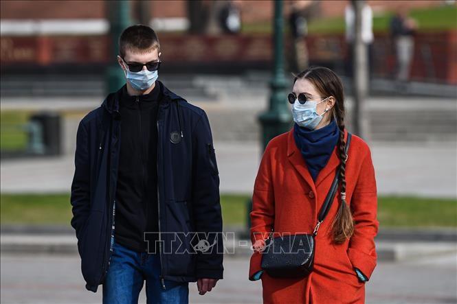 Terharu akan citra komunitas orang Vietnam yang memberikan masker di koran Rusia  - ảnh 1