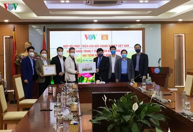 Asosiasi Pengembangan Budaya Badan Usaha Vietnam memberikan bantuan berupa masker kesehatan kepada VOV - ảnh 1