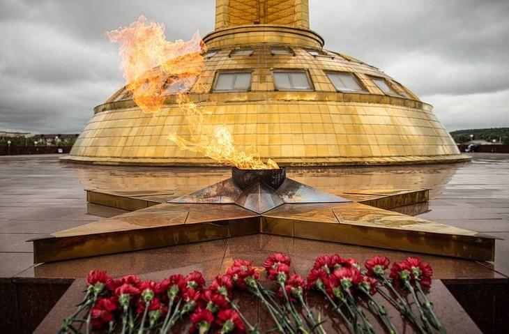 """Banyak aktivitas memperingati ultah ke-75 kemenangan besar, Presiden Rusia menghadiri parade """"Korps abadi"""" online - ảnh 1"""