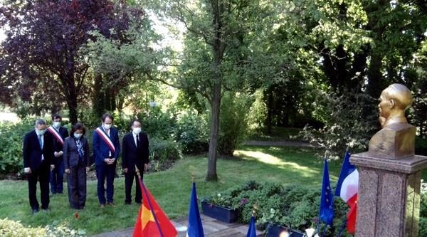 Para diaspora Vietnam melakukan kegiatan-kegiatan untuk berkiblat ke HUT Lahirnya Presiden Ho Chi Minh - ảnh 1
