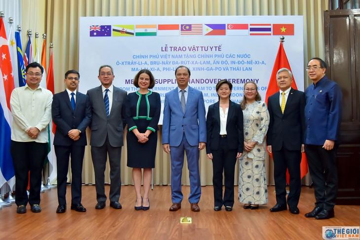 Vietnam memberikan peralatan medis kepada banyak negara untuk melawan wabah Covid-19 - ảnh 1