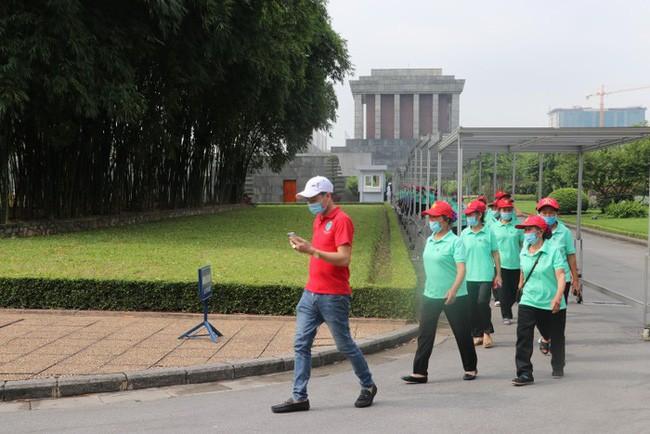 Banyak warga dan wisatawan berziarah ke Mousoleum  Presiden Ho Chi Minh - ảnh 1