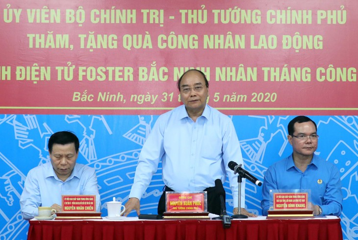 PM Nguyen Xuan Phuc melakukan dialog dengan para buruh di Zona Industri VSIP Provinsi Bac Ninh - ảnh 1