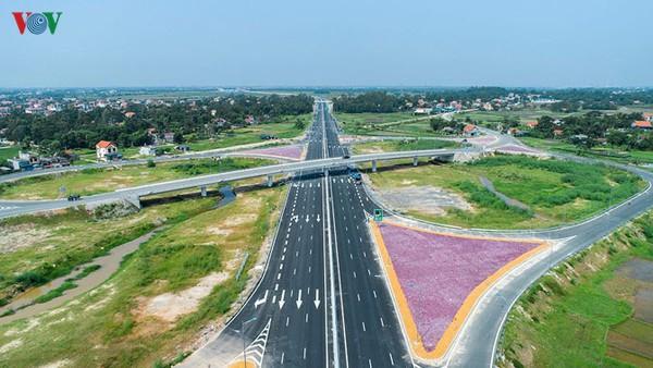 Menyesuaikan  haluan melakukan investasi di jalan tol  Utara-Selatan untuk mengembangkan ekonomi - ảnh 1