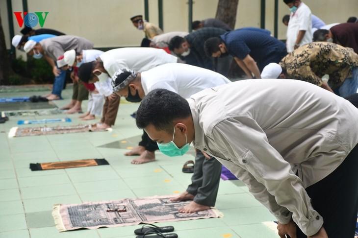 Umat Islam Indonesia kembali melakukan Sholat Jumat di masjid setelah masa 3 bulan - ảnh 10