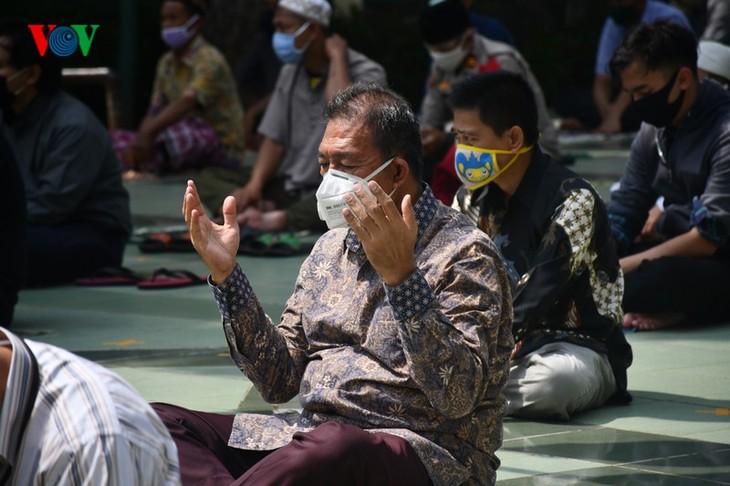 Umat Islam Indonesia kembali melakukan Sholat Jumat di masjid setelah masa 3 bulan - ảnh 11