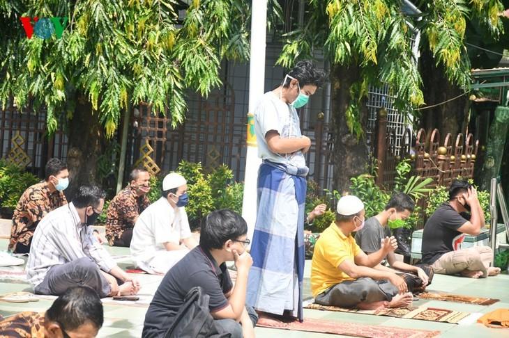 Umat Islam Indonesia kembali melakukan Sholat Jumat di masjid setelah masa 3 bulan - ảnh 12