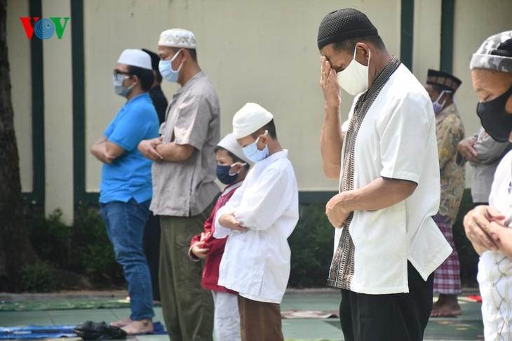 Umat Islam Indonesia kembali melakukan Sholat Jumat di masjid setelah masa 3 bulan - ảnh 13