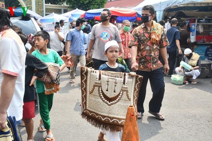 Umat Islam Indonesia kembali melakukan Sholat Jumat di masjid setelah masa 3 bulan - ảnh 14