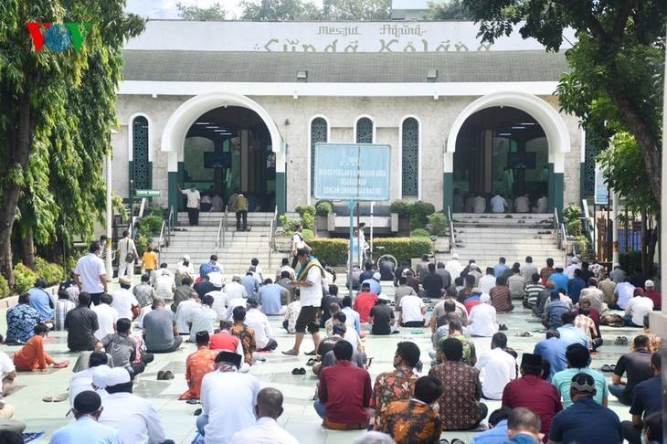 Umat Islam Indonesia kembali melakukan Sholat Jumat di masjid setelah masa 3 bulan - ảnh 1