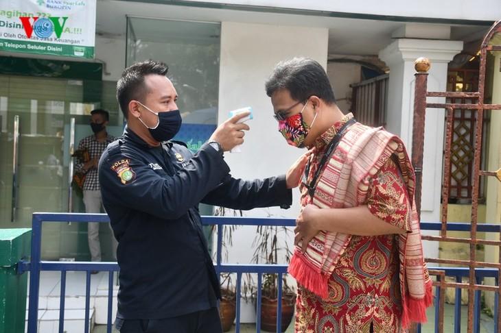 Umat Islam Indonesia kembali melakukan Sholat Jumat di masjid setelah masa 3 bulan - ảnh 2