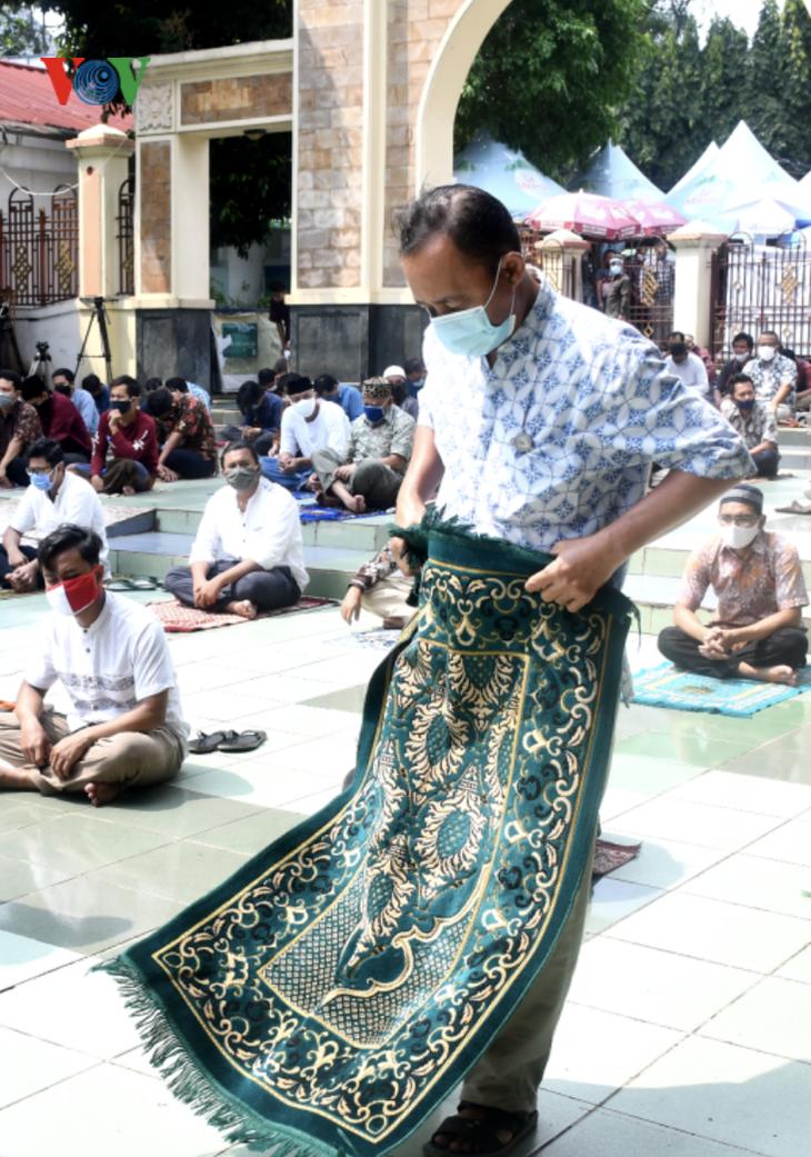Umat Islam Indonesia kembali melakukan Sholat Jumat di masjid setelah masa 3 bulan - ảnh 3