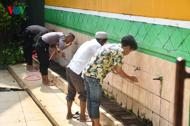 Umat Islam Indonesia kembali melakukan Sholat Jumat di masjid setelah masa 3 bulan - ảnh 4