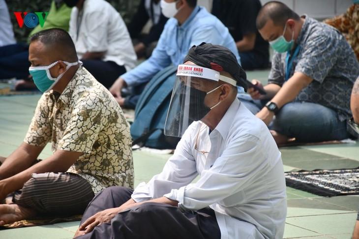 Umat Islam Indonesia kembali melakukan Sholat Jumat di masjid setelah masa 3 bulan - ảnh 5
