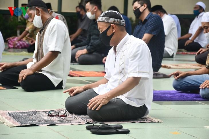 Umat Islam Indonesia kembali melakukan Sholat Jumat di masjid setelah masa 3 bulan - ảnh 7