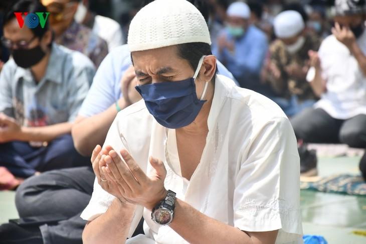 Umat Islam Indonesia kembali melakukan Sholat Jumat di masjid setelah masa 3 bulan - ảnh 8