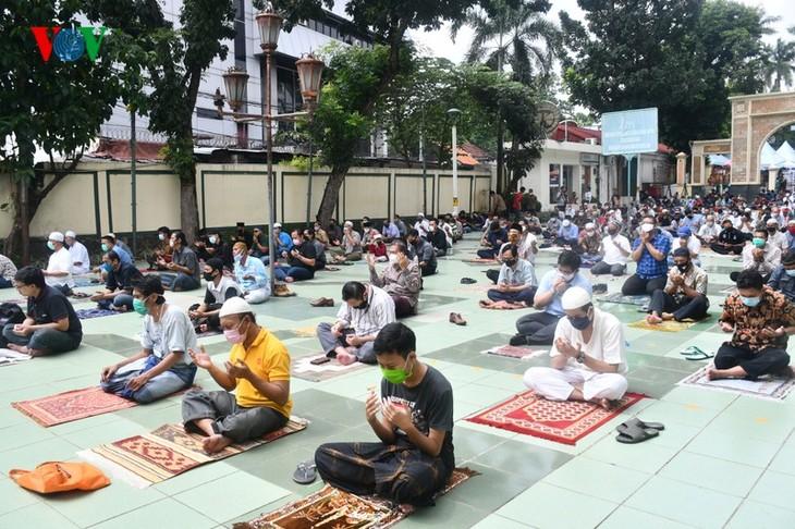 Umat Islam Indonesia kembali melakukan Sholat Jumat di masjid setelah masa 3 bulan - ảnh 9