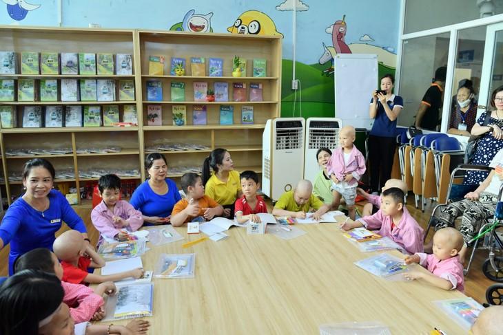Kelas bahagia untuk para pasien kanker anak-anak - ảnh 1