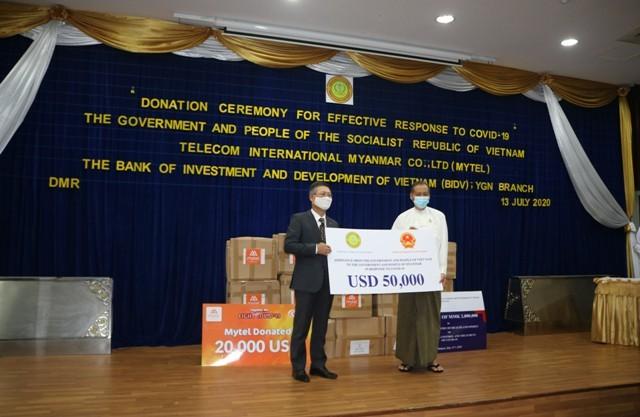 Acara penyerahan  kenangan bantuan yang diberikan Pemerintah Vietnam kepada Myanmar dalam pekerjaan melawan pandemi Covid-19 - ảnh 1