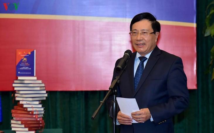 """Meluncurkan buku yang berjudul: """"Masa 25 tahu Vietnam masuk ASEAN melalui sudut pandang orang-orang dalam-nya"""" - ảnh 1"""