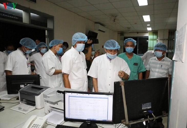 Deputi Menteri Kesehatan Vietnam, Nguyen Truong Son memeriksa pekerjaan mengobati pasien Covid-19 di Rumah Sakit Pusat Hue - ảnh 1