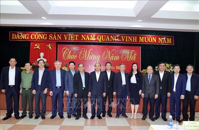 PM Vietnam Nguyen Xuan Phuc Ucapkan Selamat Hari Tet Kepada Para Mantan Pemimpin Partai Komunis dan Negara di Vietnam Tengah - ảnh 1