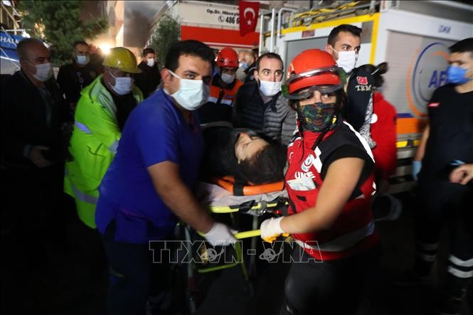 Powerful earthquake jolts Turkey and Greece, killing at least 26 - ảnh 1