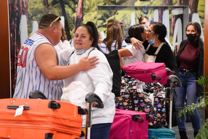 Families reunite as Australia-New Zealand 'travel bubble' begins - ảnh 1