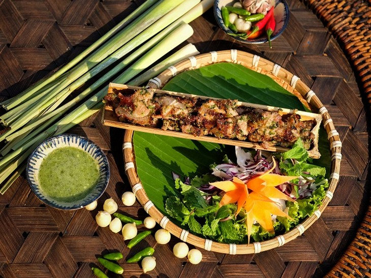 Grilled pork in bamboo tube, a specialty of the Central Highlands - ảnh 1