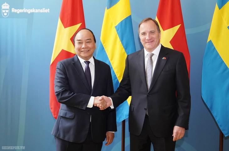 PM Nguyen Xuan Phuc melakukan pembicaraan dengan PM Swedia - ảnh 1