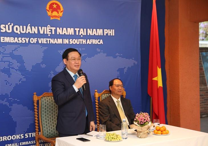 Deputi PM Vuong Dinh Hue Melakukan Kunjungan di Kedutaan Besar Vietnam di Afrika Selatan - ảnh 1