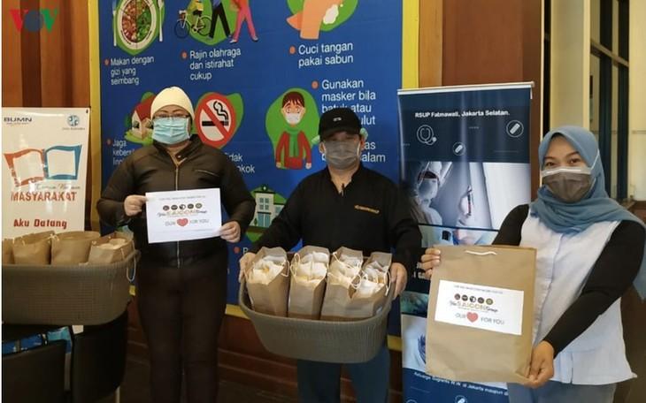 Roti Vietnam diberikan kepada para petugas medis yang melawan Covid-19 di Indonesia - ảnh 1