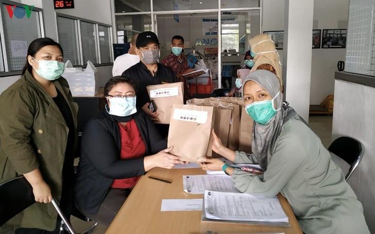Roti Vietnam diberikan kepada para petugas medis yang melawan Covid-19 di Indonesia - ảnh 2