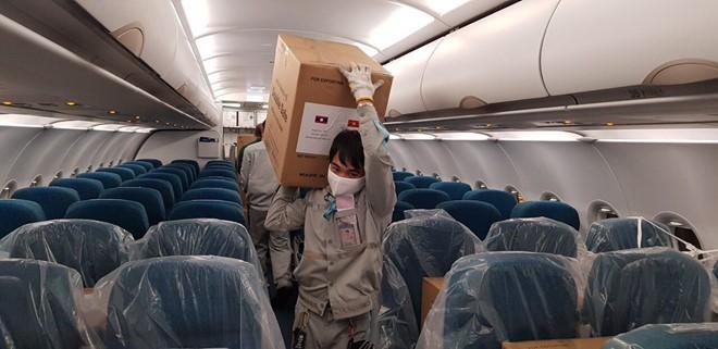 Vietnam membantu peralatan kesehatan kepada Laos, Kamboja untuk mencegah dan menanggulangi wabah Covid-19 - ảnh 1