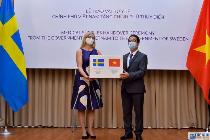 Deputi Menlu To Anh Dung menyampaikan materi kesehatan dari pemerintah dan rakyat Vietnam kepada Pemerintah dan rakyat Swedia untuk mencegah dan memberantas wabah Covid-19 - ảnh 1