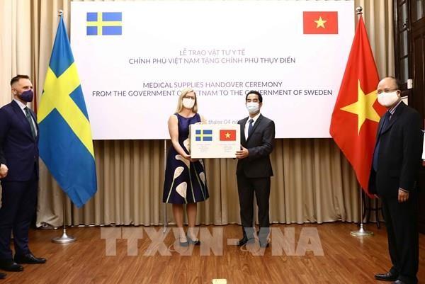 Vietnam aktif  membantu  negara-negara untuk mencegah dan  menanggulangi wabah Covid-19 - ảnh 1