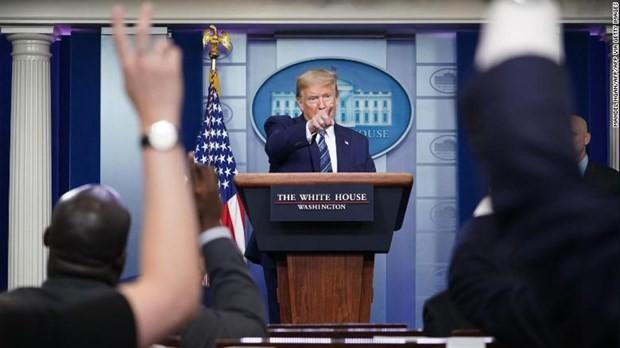 Presiden AS menandatangani dekrit membatasi imigrasi - ảnh 1