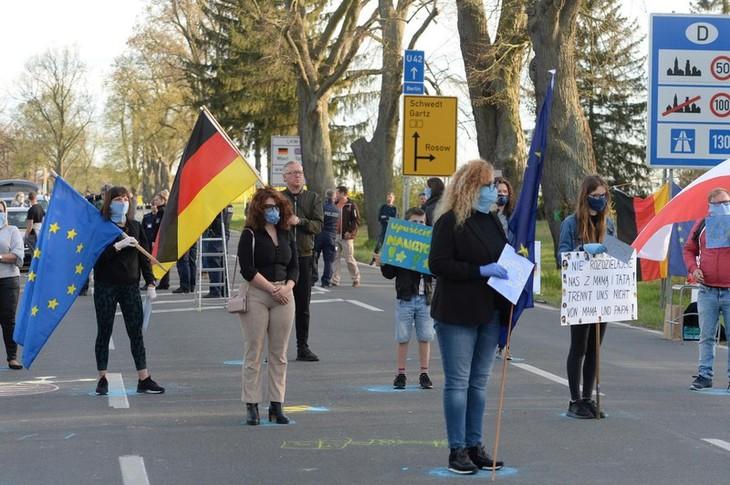 Ratusan demonstran memprotes perintah-perintah penutupan di perbatasan Polandia-Jerman - ảnh 1
