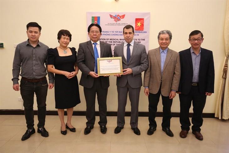Vietnam membantu rakyat Azerbaijan 10.000 masker medis untuk mencegah dan menanggulangi wabah Covid-19 - ảnh 1