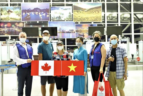 Memulangkan hampir 300 warga negara Vietnam dari Kanada ke Tanah Air - ảnh 1