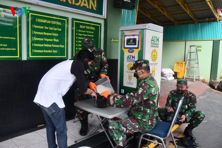 """Sorotan dekat terhadap semua """"ATM Beras Si Komandan"""" untuk membantu orang-orang miskin yang terkena dampak  Covid-19 di Indonesia - ảnh 1"""