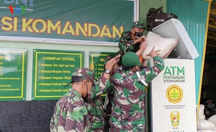 """Sorotan dekat terhadap semua """"ATM Beras Si Komandan"""" untuk membantu orang-orang miskin yang terkena dampak  Covid-19 di Indonesia - ảnh 2"""