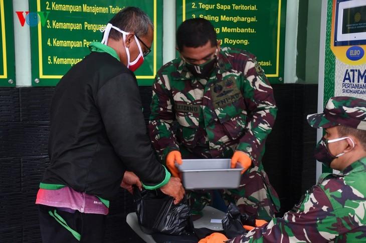 """Sorotan dekat terhadap semua """"ATM Beras Si Komandan"""" untuk membantu orang-orang miskin yang terkena dampak  Covid-19 di Indonesia - ảnh 3"""