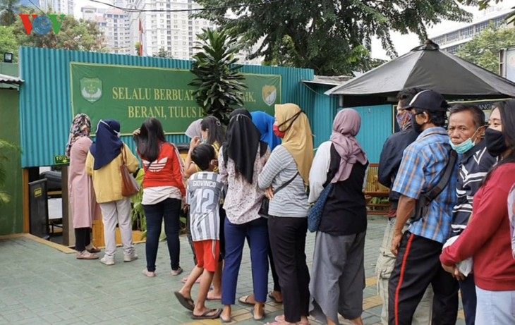 """Sorotan dekat terhadap semua """"ATM Beras Si Komandan"""" untuk membantu orang-orang miskin yang terkena dampak  Covid-19 di Indonesia - ảnh 5"""