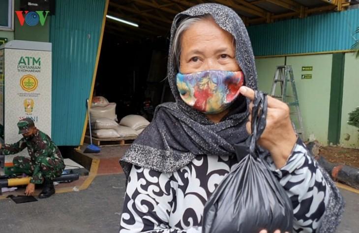"""Sorotan dekat terhadap semua """"ATM Beras Si Komandan"""" untuk membantu orang-orang miskin yang terkena dampak  Covid-19 di Indonesia - ảnh 6"""