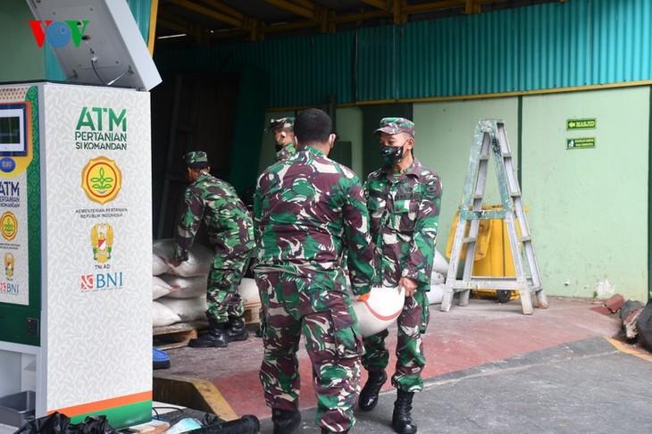 """Sorotan dekat terhadap semua """"ATM Beras Si Komandan"""" untuk membantu orang-orang miskin yang terkena dampak  Covid-19 di Indonesia - ảnh 7"""