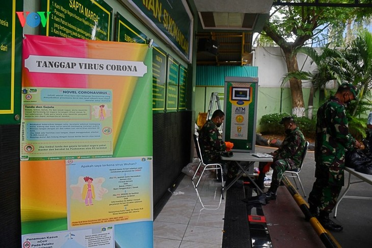 """Sorotan dekat terhadap semua """"ATM Beras Si Komandan"""" untuk membantu orang-orang miskin yang terkena dampak  Covid-19 di Indonesia - ảnh 8"""