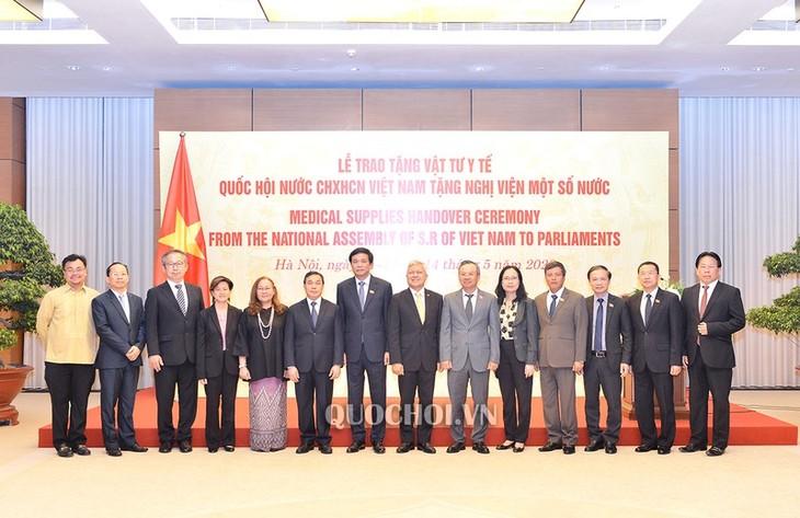 MN Vietnam memberikan peralatan medis bagi beberapa Parlemen - ảnh 1
